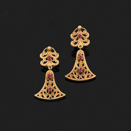 2331448516 Paire de pendants d'oreilles articulés en or jaune 18k, 750‰ ajouré ornés