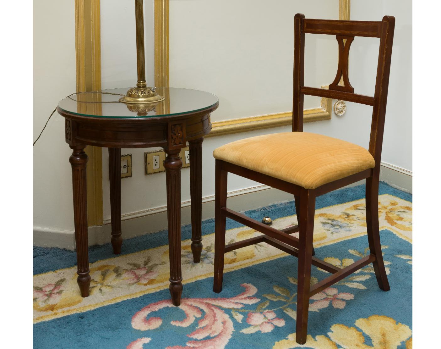 Table H Et H desk 85 x 40 x 36 cm, round side table, lamp h 56 cm