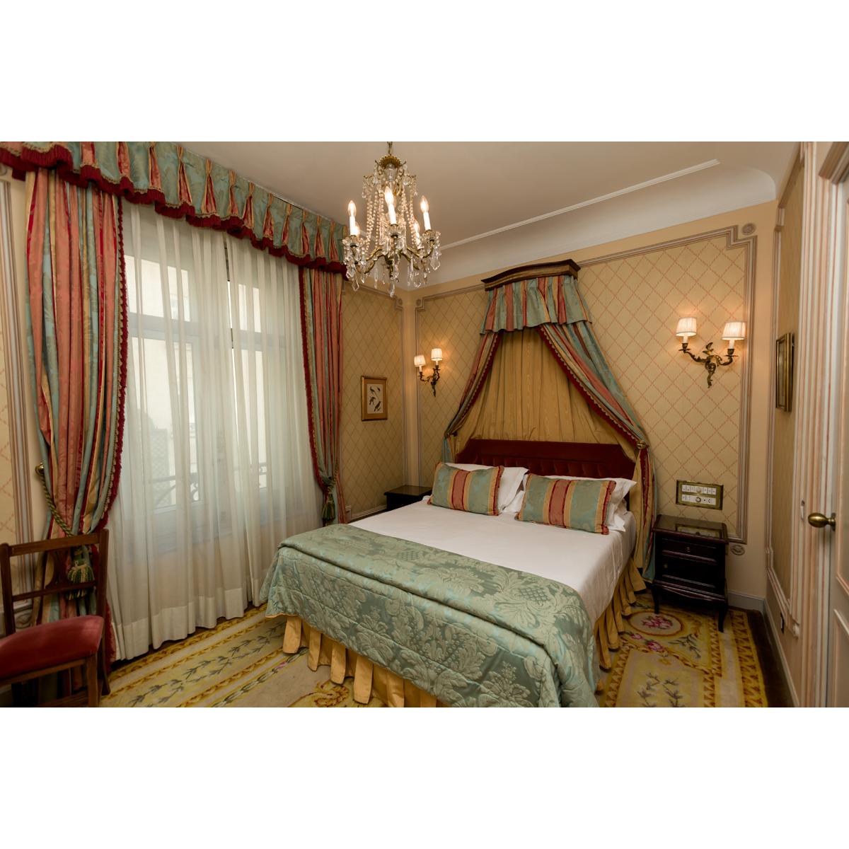 Tête de lit, couvre lit, paire de rideaux, et deux tables de ...